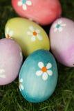 Colourful Easter jajka na trawie Zdjęcie Stock