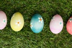 Colourful Easter jajka na trawie Obrazy Royalty Free