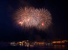 Colourful fajerwerki w Valletta, Malta, fajerwerku festiwal 2015 w Malta, fajerwerki w Valletta odizolowywali w ciemnym tle Zdjęcie Stock