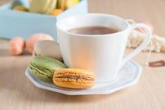 Colourful francuscy macarons z herbacianą filiżanką Selekcyjna ostrość, focu Zdjęcie Royalty Free