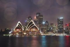 Colourful iluminująca Sydney opera światłami przy nocą z Zdjęcie Stock