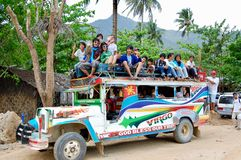 Colourful Jeepney taxi ludzie na dachu pełno przygotowywa opuszczać wioskę zdjęcie stock