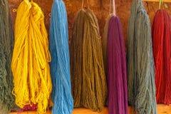 Colourful, lana dell'alpaga, asciugantesi su una parete, il Perù Fotografia Stock Libera da Diritti