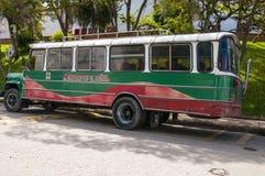 Colourful lokalne autobusowe przerwy na ulicie obraz stock