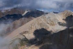 Colourful mgławe góry Fotografia Stock
