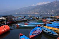Colourful łodzie Na Phewa jeziorze, Pokhara, Nepal Obraz Stock
