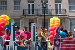 Colourful pławik z ludźmi na pokładzie i dekorujący z balonami, na Regent ulicie podczas Homoseksualnej dumy parady 2018 w Londyn obrazy royalty free