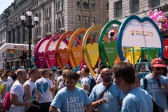Colourful pławik z ludźmi na na pokładzie Regent ulicy podczas Homoseksualnej dumy parady 2018 w Londyn zdjęcie stock