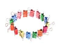 Colourful papierowe klamerki układali w okrąg obraz stock