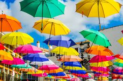 Colourful parasoli miastowa uliczna dekoracja Wiszący kolorowy um Obraz Stock
