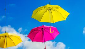 Colourful parasoli miastowa uliczna dekoracja Wiszący kolorowy um Obrazy Stock