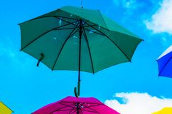Colourful parasoli miastowa uliczna dekoracja Wiszący kolorowy um Zdjęcie Royalty Free