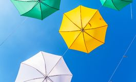 Colourful parasoli miastowa uliczna dekoracja Wiszący kolorowy um Fotografia Stock