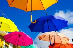 Colourful parasoli miastowa uliczna dekoracja Wiszący kolorowy um Zdjęcie Stock