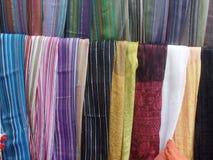 Colourful scarves dla sprzedaży na zewnątrz sklepu w Essaouira, Maroko obrazy stock