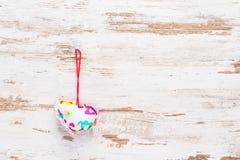 Colourful serce na rocznika drewnie Zdjęcia Stock