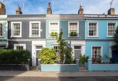 Colourful Starzy Tarasowaci domy z Drewnianymi dzwi wejściowy na słonecznym dniu fotografia royalty free