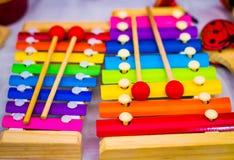 Colourful tęcza coloured drewnianego ksylofon strzela w płytkiej głębii jeżeli pole fotografia stock