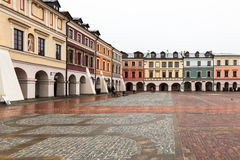 Colourful tenement houses on empty market square in Zamosc, Pola Stock Photography