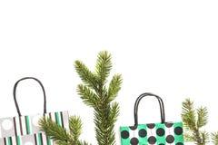 Colourful torba na zakupy i jedlinowa gałąź na białym tle Bożenarodzeniowi prezenty, sklep, sprzedaży pojęcie Odgórny widok Miesz Obraz Stock