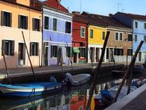 Colourful ulica w burano Venice z cumować łodziami na kanale Obrazy Royalty Free