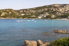 Colourful widok patrzeje Cala Batistoni plażę i Turkusowego Śródziemnomorskiego ocean z granitu Pedalos i wybrzeżem: Baia Sardini zdjęcia royalty free