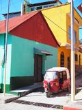 COLOURFUL WINDOWS & DRZWIOWA architektura - FLORES, GWATEMALA fotografia stock
