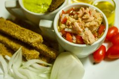 Colourful, zdrowy foods Avocado upad, Brown grzanka z oliwą z oliwek, Jabłczanego cydru ocet, Czereśniowi pomidory, cebula z tuńc zdjęcia royalty free