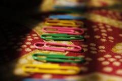 Colourfull-Büroklammern stockbilder