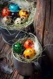 Colourfull eggs для пасхи на сене на деревянной предпосылке Стоковое фото RF