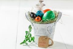 Colourfull eggs для пасхи с пер и сеном Стоковое Изображение