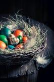 Colourfull eggs для пасхи с сеном и пер Стоковое Изображение