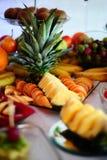 Colourfull fruktordning med pineapleäpplet och druvor royaltyfria foton