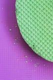 Colourfull-Grünwaffeln auf purpurrotem Schreibtisch Strukturierter abstrakter Hintergrund Abschluss oben Flache Lage Lizenzfreie Stockfotos