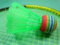 Colourfull plast- fjäderboll på badmintonracket Royaltyfria Foton