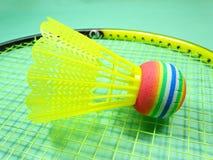 Colourfull plastic shuttle op badmintonracket Royalty-vrije Stock Foto's