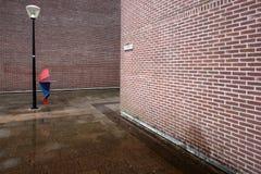 Colourfull Regenschirm auf roten Matten Lizenzfreie Stockfotos