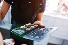 Colourfull uzupełniał paletę na ręce makeup mistrz na pracie przy zdjęcia royalty free