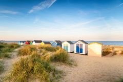 Colourfull wyrzucać na brzeg budy w piasek diunach przy Southwold fotografia royalty free
