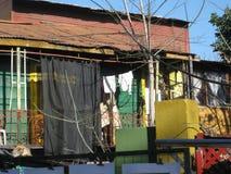 Colourfullhuis met een zwart gordijn royalty-vrije stock fotografie
