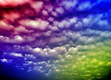 Colourfullwolken in de hemel met zon lichteffect stock foto's