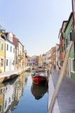 Colourfully χρωματισμένα σπίτια και κανάλι με τις βάρκες στο νησί Burano, Ιταλία Στοκ Εικόνα