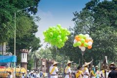 Colourul baloons onder blauwe hemel Stock Afbeeldingen