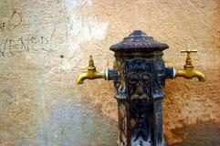 Colpetti di acqua nella via Fotografia Stock