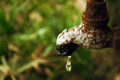 Colpetto arrugginito con goccia dell'acqua Immagini Stock Libere da Diritti