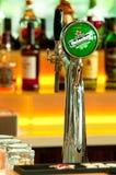 Colpetto della birra dell'Heineken immagini stock
