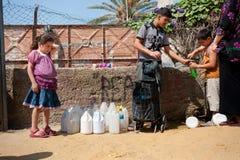 Colpetto di acqua nell'accampamento di rifugiato palestinese Immagine Stock