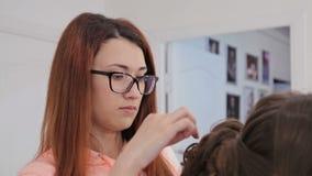 2 colpi Acconciatura di rifinitura del parrucchiere per la giovane donna graziosa stock footage