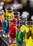 Colpi alcolici colorati sul contatore della barra Fotografia Stock