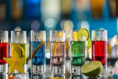 Colpi alcolici colorati sul contatore della barra Immagini Stock Libere da Diritti